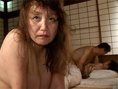 犯される高齢熟女