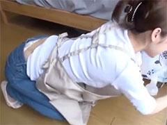 人妻の腰パンチラ