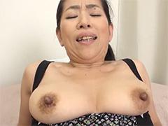 お母さんの黒い乳首