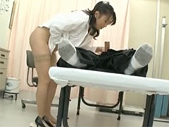 患者のオチンチンを診察する淫乱女医