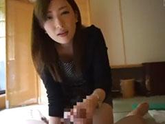 美人な奥さんの手コキで射精