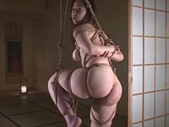 豊満熟女を縄でしばり吊るす